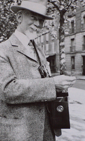 Stephen Seymour Thomas with his camera Photo in Paris